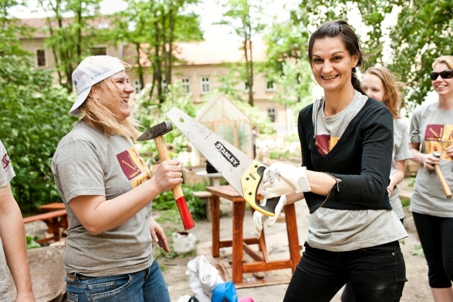 c18901c36 Až 6500 dobrovoľníkov sa už tento piatok a v sobotu zapojí do  dobrovoľníckeho podujatia Naše Mesto. Pomáhať budú v 14 mestách na  Slovensku v rámci 500 ...