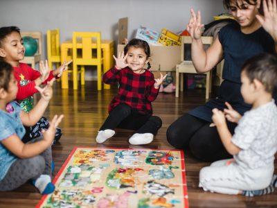 Omama Sandra pomáha deťom v osade rozbehnúť život správnym smerom