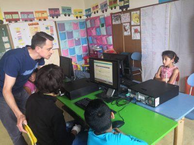 Nadačný fond Accenture pomáha rozvíjať digitálne zručnosti u detí z marginalizovaných rómskych komunít